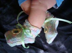 Zartbunte Babyschühchen mit Häkelblüte