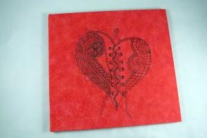 Handgemachtes Gästebuch 30 x 30 cm mit handgezeichnetem Herz auf roter Leinwand zur Hochzeit