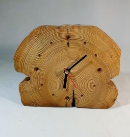 Uhr aus alten Balken