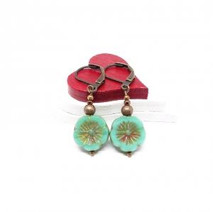 ♥ Rotkupferfarbene Ohrringe, hawaiianische Blume, böhmische Glasperlen in hellgrün ♥