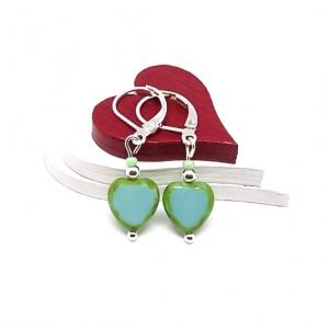 ♥ Silberfarbene Ohrringe mit tschechischen Glasperlen in Herzform in grün-türkis ♥