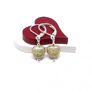♥ Silberfarbene Ohrringe mit tschechischen Glasperlen in Herzform in beige-hellgrün, Steinoptik ♥