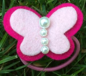 Handgearbeitetes Haargummi Schmetterling mit Perlen Filz Wollfilz