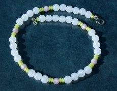 zarte weiße Halskette mit Polarisperlen
