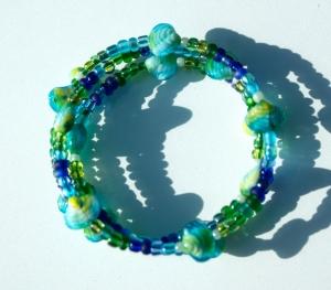 Spiralarmband MUSCHELN blau-grün verspielt maritim blau grün gelb Glas - Handarbeit kaufen