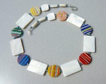 Collier WEISS-BUNT Rechtecke und Kreise Perlmutt Glas Millefiori Halskette Unikat leicht Sommer ausgefallen originell   - Handarbeit kaufen