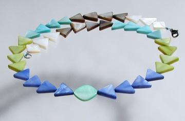 Halskette DREIECKE bunt Perlmutt leicht verspielt originell blau türkis grün weiß grau Unikat