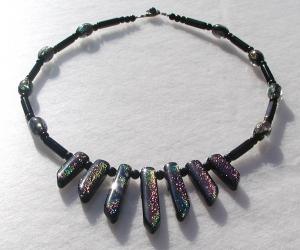 extravagantes Collier mit dichroitischem Glas pink schwarz