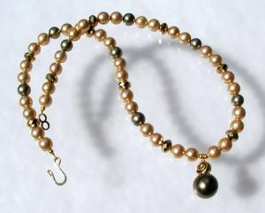 Halskette GOLD und MOOS Muschelkernperlen elegant glänzend