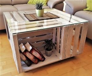 Tisch aus Weinkisten weiß mit Glasplatte auf Rollen Couchtisch aus Obstkisten Apfelkisten Holzkisten vintage Wohnzimmertisch Shabby
