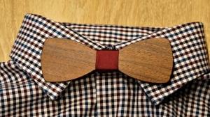 Holzfliege aus Walnussholz Herren-Fliege mit elegantem Stoffband bordeaux handgefertigt Shabby Chic Querbinder Bräutigam Hochzeit
