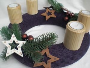 gestrickter Adventskranz mit Teelichthaltern aus Holz, haltbar, dekorativ und sicher