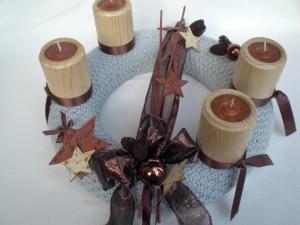 gestrickter Adventskranz mit Holz-Teelichthaltern