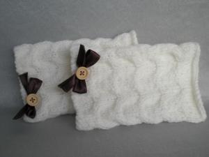 handgestrickte wollweiße Pulswärmer im Zopfmuster mit einer kleinen braunen Satinschleife - Handarbeit kaufen