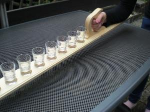 Schnapsmeter aus Holz in Handarbeit hergestellt, mit 8 Schnapsgläsern  Partyspaß - Handarbeit kaufen