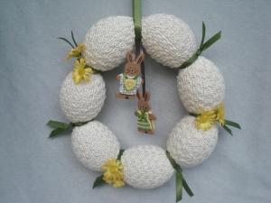 Türkranz für Ostern, Eierkranz, gestrickt in naturweiß mit Osterhäschen