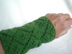 1 Paar handgestrickte Pulswärmer in grün mit apartem Rauten-Lochmuster - Handarbeit kaufen