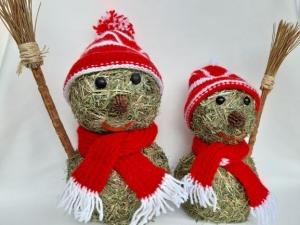 Schneemann aus Heu mit gestricktem Schal und Mütze Winterdeko