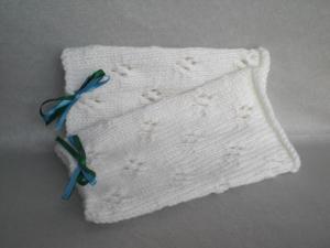 handgestrickte Pulswärmer in wollweiß mit Lochmuster und kleiner Satinschleife in grün und blau kaufen - Handarbeit kaufen