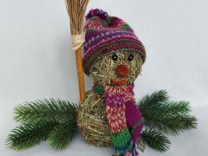 kleiner Heu-Schneemann mit gestricktem Schal und Mütze Winterdeko kaufen - Handarbeit kaufen
