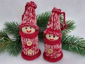 2 kleine Wichtel, gedrechselt und bestrickt in rot, 10 und 9 cm, kaufen  - Handarbeit kaufen
