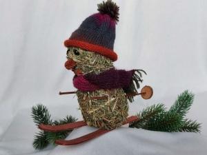 kleiner Heu-Schneemann als Skifahrer mit gestricktem Schal und Mütze Winterdeko kaufen  - Handarbeit kaufen