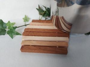 Kleiner Holz-Topfuntersetzer, in Handarbeit hergestellt praktisch und formschön aus drei versch. Holzarten - Handarbeit kaufen