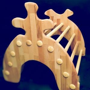 Aufrichtehilfe für das Kleinkind als Kletter/Schaukel-Gerät aus Holz