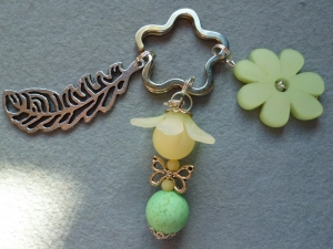 Handgefertigter Schlüsselanhänger *Blumenelfe* in lindgrün-weiss - Geschenk für Mädchen -  - Handarbeit kaufen