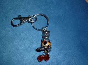 Handgefertigter Schlüssel oder Taschen Anhänger Tiger aus Keramik und Metallteilen