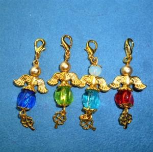 Handgefertigter Charmanhänger *Glücksengelchen mit goldenem Kleeblatt* im 4er Set - Handarbeit kaufen