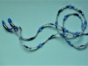 Handgefädelte zierliche  Brillenkette in Blau  mit passenden blauen Brillenschlaufen