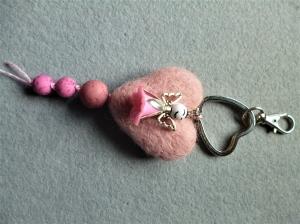 Handgefertigter *Schlüsselanhänger/Taschenbaumler * Filzherz mit freundlich dreinschauendem Schutzengelchen - Geschenk für Mädchen - - Handarbeit kaufen