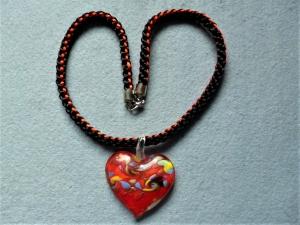 Handgeflochtene Halskette in schwarz-rot mit einem Glasherz im Muranostil in rot-bunt - Handarbeit kaufen