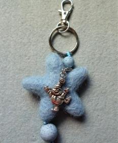 Handgefertigter *Schlüsselanhänger/Taschenbaumler  *Hellblauer Filzstern mit  lustigem Harlekin* - Geschenk für Mädchen und Jungen - - Handarbeit kaufen