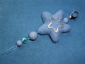 Handgefertigter *Taschenbaumler/Schlüsselanhänger* -  *blauer Stern* - Geschenk für Mädchen und Jungen - - Handarbeit kaufen