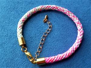 Handgeflochtenes Armband  aus Satinkordel im Farbverlauf - Geschenk für Frauen und Mädchen - - Handarbeit kaufen