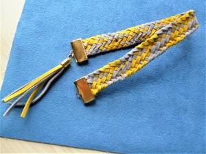 Handgeflochtenes Lesezeichen aus Alcantara in gelb-grau mit handgefertigter Quaste  - Handarbeit kaufen