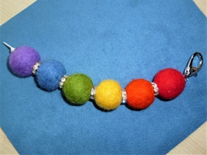 *Taschenanhänger XL*  in Regenbogenfarben mit Schmuckkarabiner* - Geschenk für Mädchen und Frauen - - Handarbeit kaufen