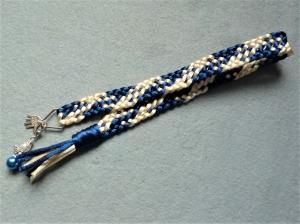 Handgeflochtenes Lesezeichen aus Satinkordel in dunkelblau-creme mit passendem Mini-Engelchen - Handarbeit kaufen