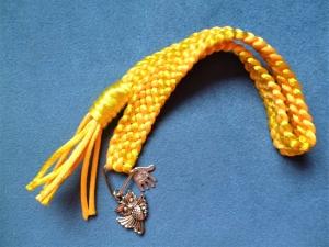 Handgeflochtenes Lesezeichen aus Satinkordel in der Farbe gelb - Handarbeit kaufen