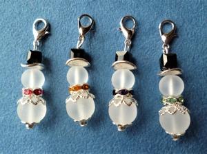 Weihnachtlicher handgefertigter Charmanhänger *Schneemann* aus Perlen im 4er Set  - Handarbeit kaufen
