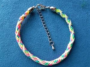 Handgeflochtenes Armband  aus Satinkordel  - Geschenk für Frauen und Mädchen - - Handarbeit kaufen