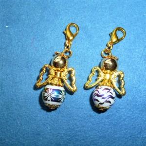 Handgefertigte Charmanhänger *Engelchen mit weißer galvanisierter Glasperle* im 2er Set  - Geschenk für Mädchen und Frauen -  - Handarbeit kaufen