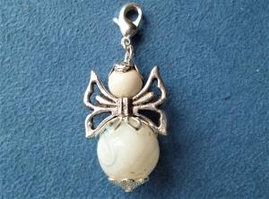 Handgefertigter Charmanhänger *Engel* aus einer Lampwork-Perle in weiss -  Geschenk für Frauen und Mädchen -  - Handarbeit kaufen