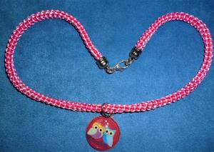 Handgeflochtene Halskette für Mädchen in pink-weiß  mit Eulenpärchen-Anhänger   - Handarbeit kaufen