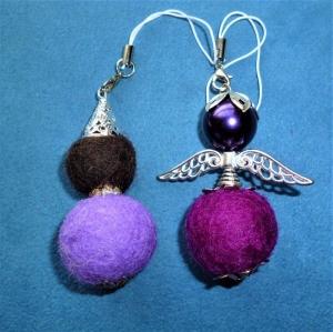 Handgefertigter Schlüsselanhänger/Taschenbaumler * Engel und Wichtel aus Filzkugeln in lila - Geschenk für Frauen und Mädchen - - Handarbeit kaufen