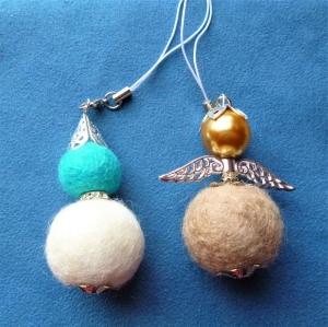 Handgefertigter Schlüsselanhänger/Taschenbaumler * Engel und Wichtel aus Filzkugeln im 2er Set - Handarbeit kaufen