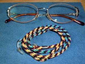 Handgeflochtenes Brillenband  aus Schmuckkordel in braun-bunt - Geschenkidee für Frauen und Männer - - Handarbeit kaufen