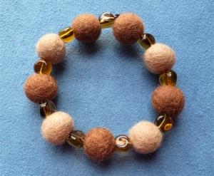Handgefertigtes Armband aus Filzperlen und Glasperlen in Brauntönen - Geschenk für Frauen - - Handarbeit kaufen